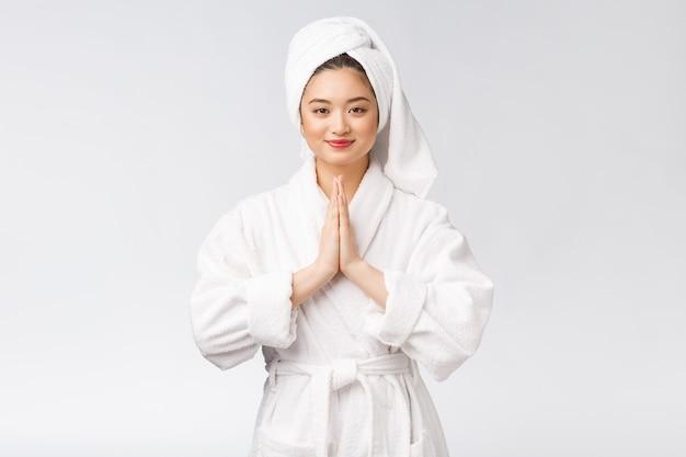 美しい女性が手を祈って肌の健康の世話をする美しい少女