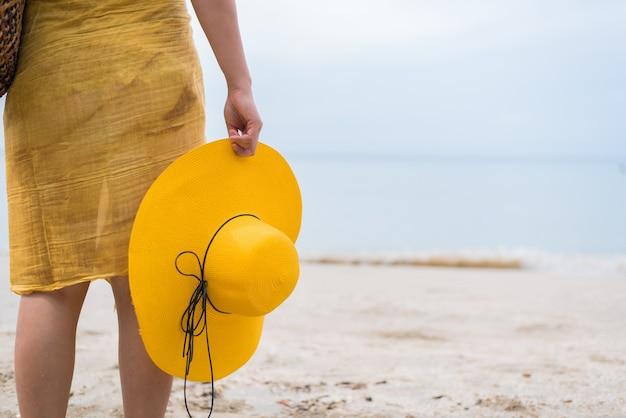 Красивые женщины путешествуют одни на пляже летом. море и песок.
