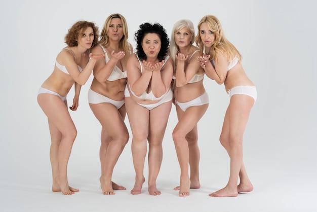 Belle donne che indossano lingerie e si sentono a proprio agio