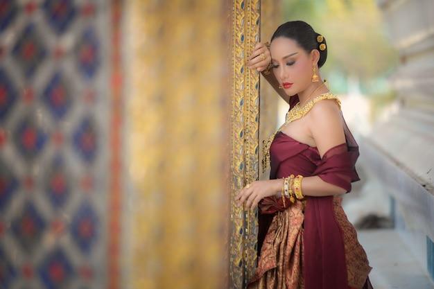 タイのプラカオ寺院プラナコンシアユタヤ県で伝統的なタイのドレスを着た美しい女性