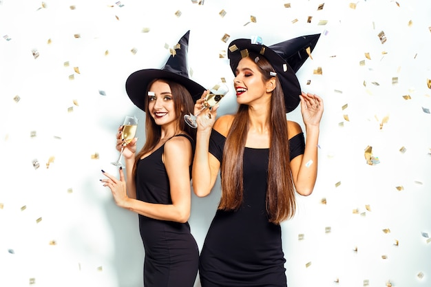 Красивые женщины в костюме ведьмы на хэллоуин