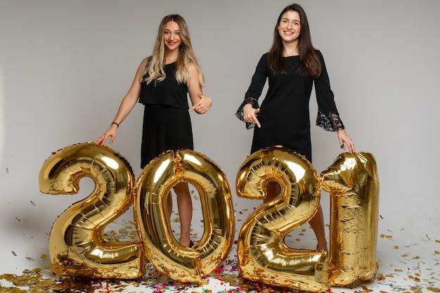Красивые женщины с новогодними шариками 2021.