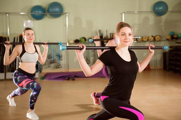 체육관에서 함께 운동하는 아름다운 여성.