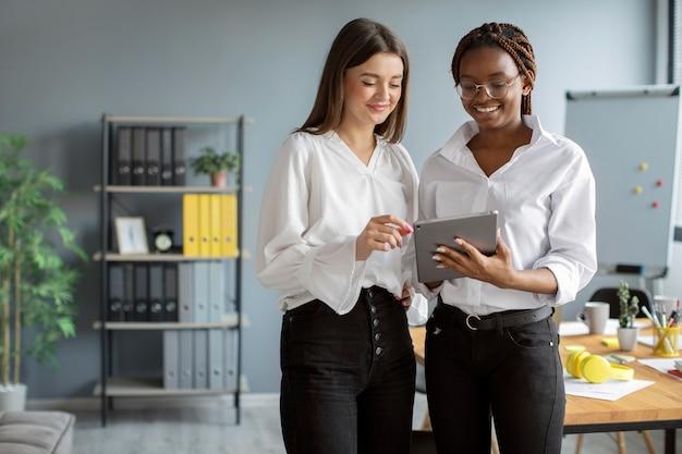Красивые женщины работают вместе в начинающей компании