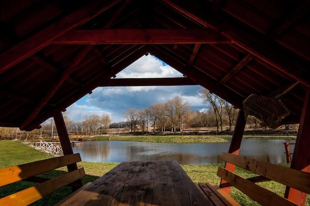 森の中の湖の美しい木製の望楼