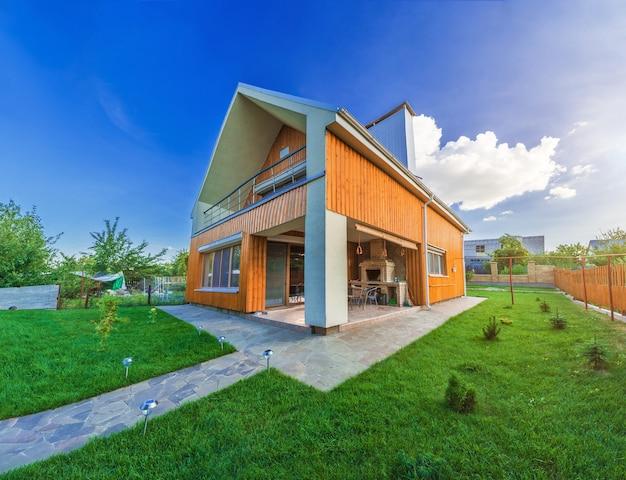Красивый деревянный дом с лужайкой.