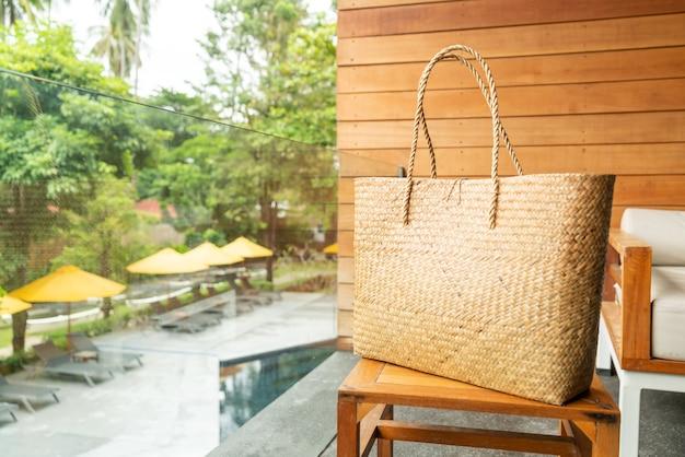 Красивая плетеная сумка. модный стиль