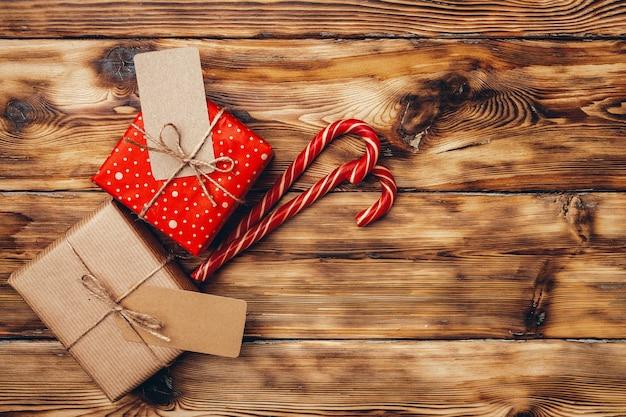 木製の背景の上面図に美しいラップされたクリスマスプレゼント