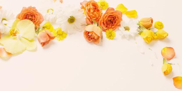白い表面に美しい黄色とオレンジの花柄