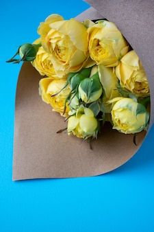 Красивая желтая пионовидная роза