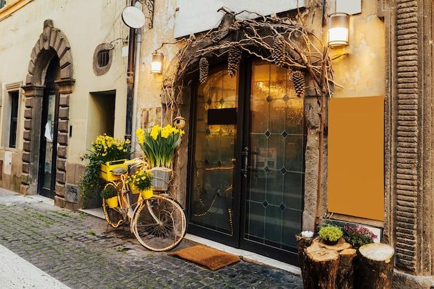카페 근처 거리에 자전거 바구니에 아름 다운 노란 튤립.