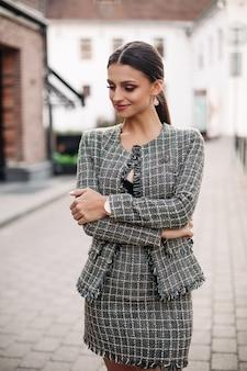 Bella giovane bruna adulta in un look elegante.