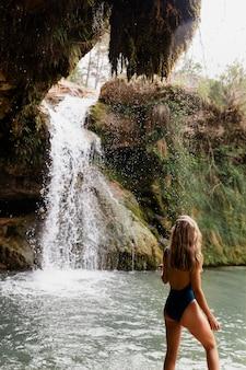 滝のそばの美しい若い大人