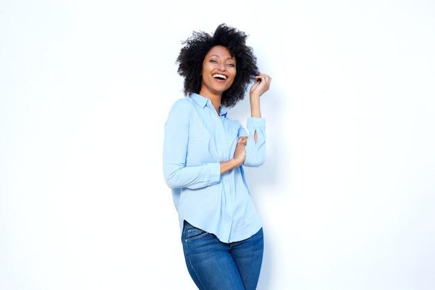 白い背景で楽しんでいる美しい若いアフリカ系アメリカ人の女性