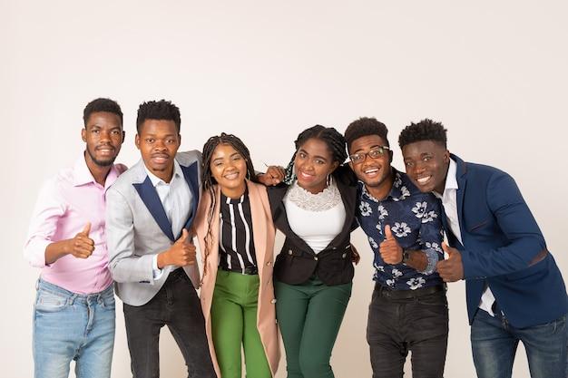 Красивые молодые африканские люди на белом фоне с жестом руки