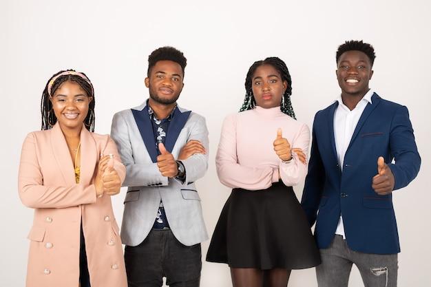Красивые молодые африканские люди на белом фоне