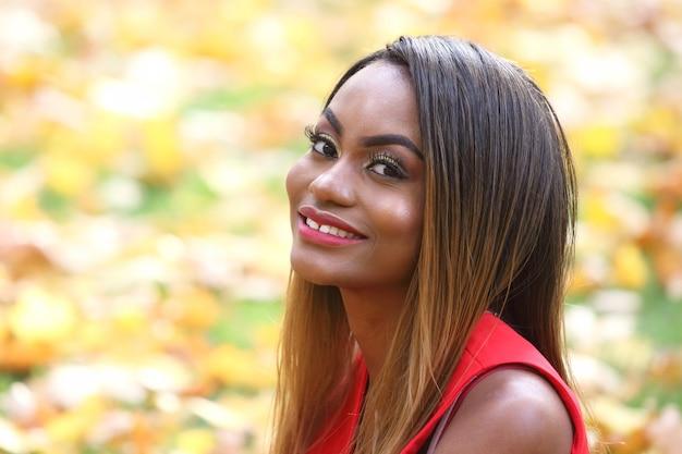 아름 다운 젊은 아프리카 여자 단풍