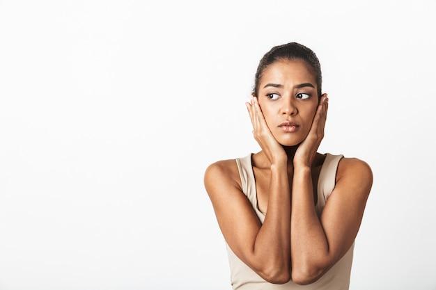 아름 다운 젊은 아프리카 여자 부담없이 옷을 입고 서있는 흰색 절연, 포즈