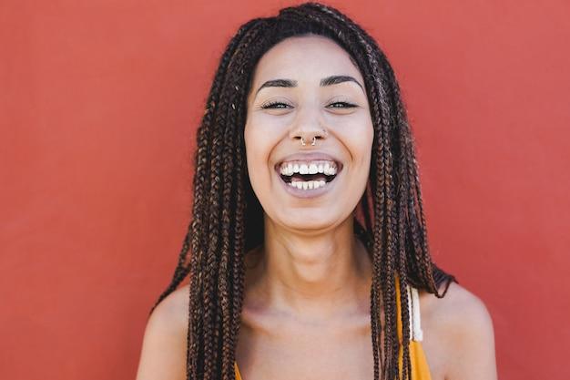 Красивая молодая африканская женщина смеется над камерой. концепция человека смешанной расы и счастья