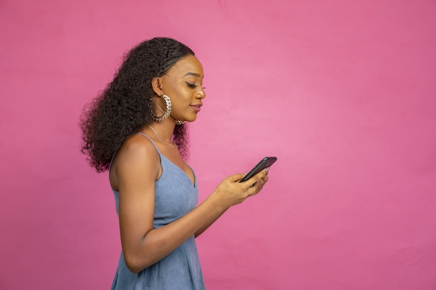 彼女の携帯電話を使用して美しい若いアフリカの女性