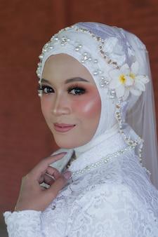 スタイリッシュなヒジャーブの美しい若いアラブの女性