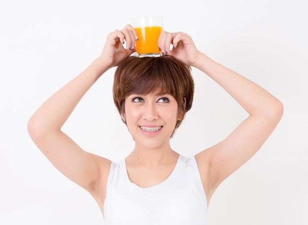 건강 한 음식으로 아름 다운 젊은 아시아 여자. 건강에 대 한 개념입니다.