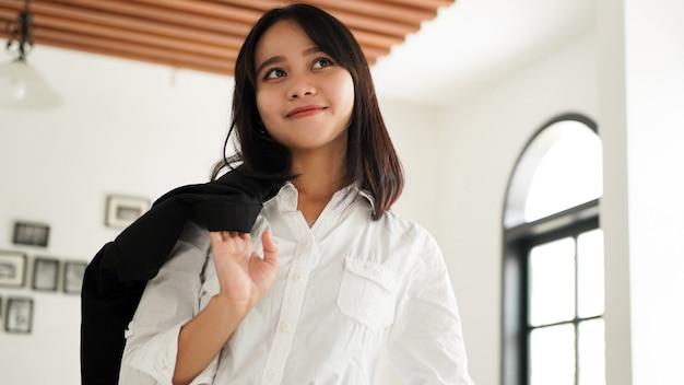 카페에서 정장 서에서 아름 다운 젊은 아시아 비즈니스 우먼