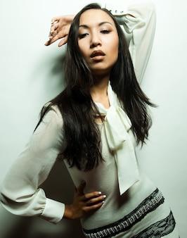 美しい若いアジアのモデル。スタジオショット。