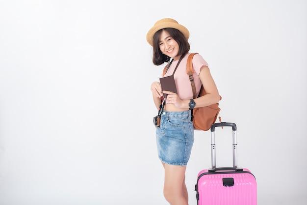 흰 벽 스튜디오에 행복 한 아름 다운 젊은 아시아 관광 여자