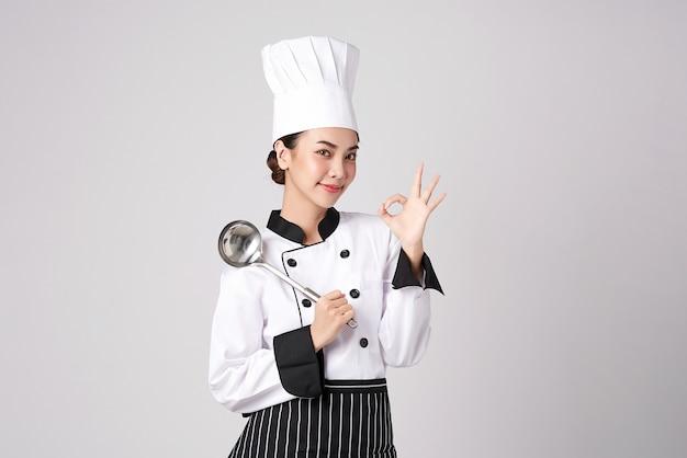 아름 다운 젊은 아시아 여자 요리사.