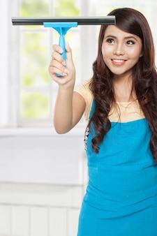 ウィンドウをクリーニング美しい若いアジア女性