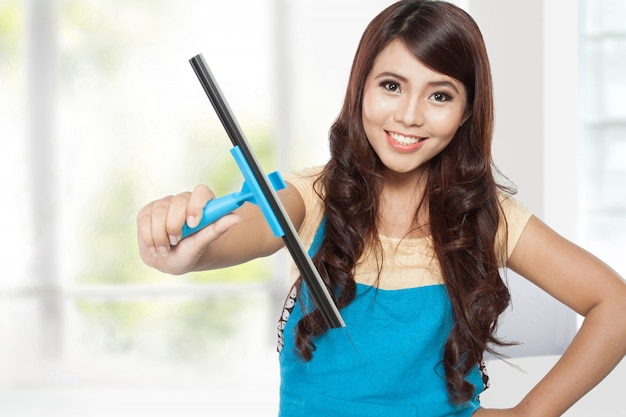ガラスクレと家事をしている美しい若いアジア女性