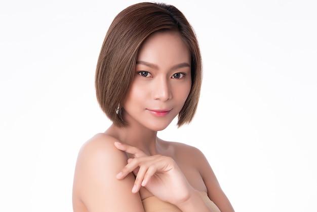 美しい若いアジア女性の手が肩に触れます。清潔で新鮮な肌、美容美容コンセプト、