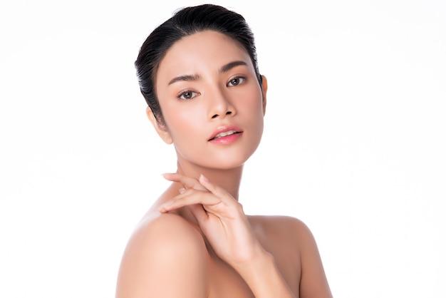 Красивая молодая азиатская рука женщины касаясь на плече. чистая и свежая кожа ,, концепция косметологии красоты