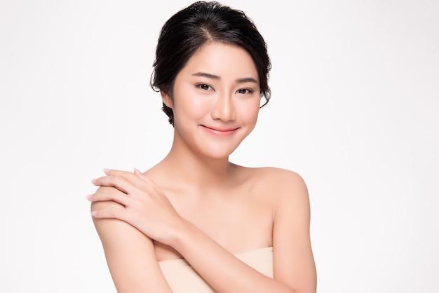 Красивая молодая азиатская рука женщины касаться на плече чувствуя так счастлива и жизнерадостна. чистая и свежая кожа, изолированная на белом, косметология красоты