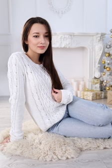 새 해의 내부에 아름 다운 젊은 아시아 여자