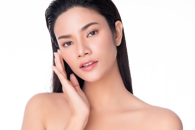 깨끗하고 신선한 피부와 함께 부드러운 뺨 미소를 만지고 아름다운 젊은 아시아 여자 행복과 쾌활한, 흰색, 아름다움과 화장품에 고립