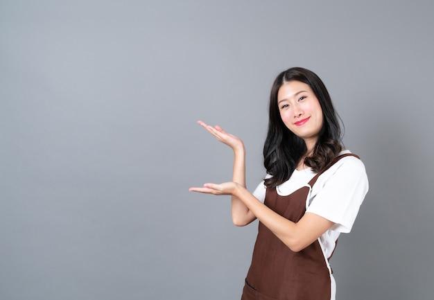 앞치마를 입고 아름 다운 젊은 아시아 여자