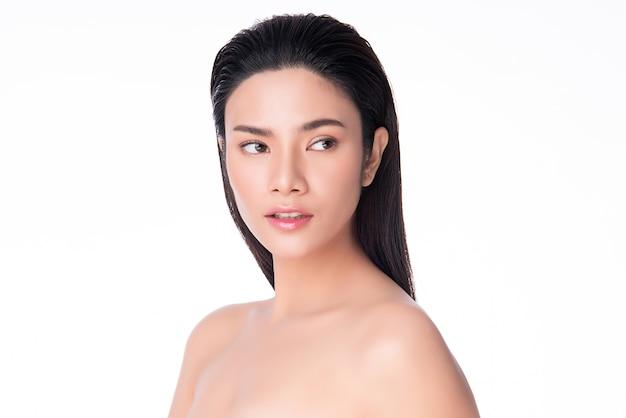 깨끗하고 신선한 피부를 가진 아름 다운 젊은 아시아 여자 행복과 쾌활한. 흰색, 미용 및 화장품에 격리.