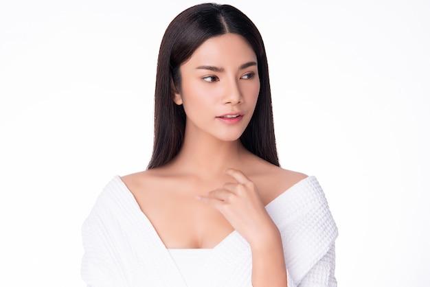 清潔で新鮮な肌の幸せと陽気な美しい若いアジア女性。白、美容、化粧品に分離されました。