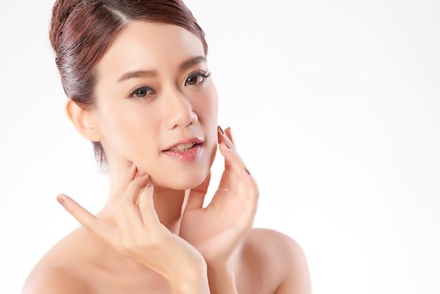 清潔で新鮮な肌、フェイスケア、フェイシャルトリートメント、美容、美容の美しい若いアジアの女性