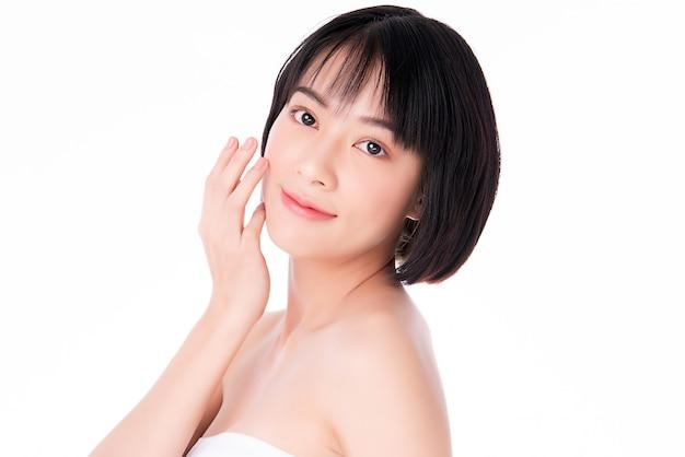 清潔でさわやかな肌を持つ美しい若いアジア女性。顔のケア、フェイシャルトリートメント、美容、美容、健康な皮膚、化粧品のコンセプト.woman美肌が白い背景で隔離