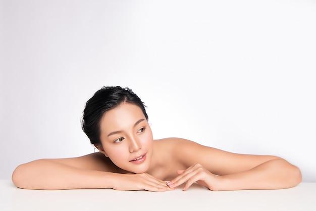 신선한 깨끗 한 피부와 아름 다운 젊은 아시아 여자. 얼굴 관리, 얼굴 치료, 미용, 아름다움과 건강 한 피부와 화장품 개념, 여자 아름다움 피부 격리.