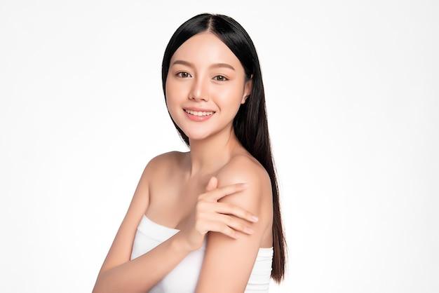 清潔で新鮮な肌、フェイスケア、フェイシャルトリートメント、美容、美容とスパ、アジアの女性の肖像画を持つ美しい若いアジアの女性