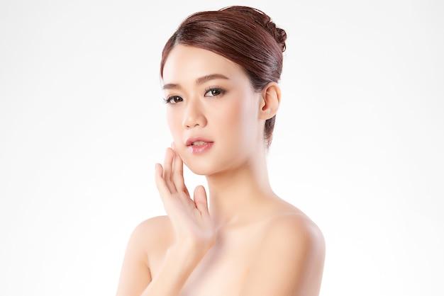 きれいな新鮮な肌を持つ美しい若いアジアの女性、、フェイスケア、フェイシャルトリートメント。美容、美容、スパ。アジアの女性の肖像画