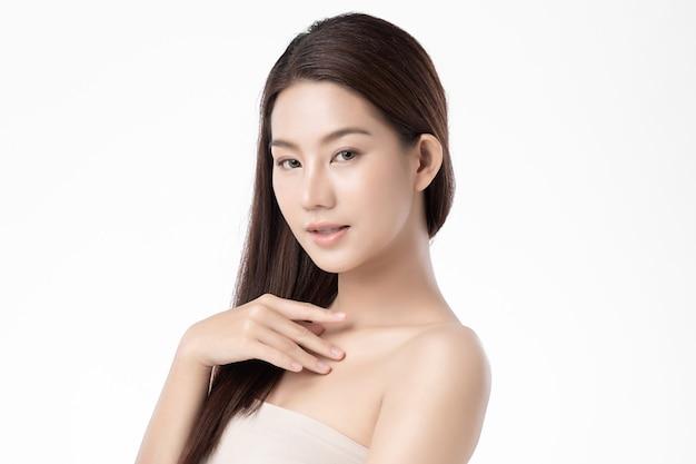 清潔でさわやかな肌、顔のケア、フェイシャルトリートメントと美しい若いアジア女性。美容、美容、スパ。