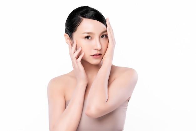 Красивая молодая азиатская женщина с чистой свежей кожей, уходом за лицом, уходом за лицом. косметология, красота и спа.