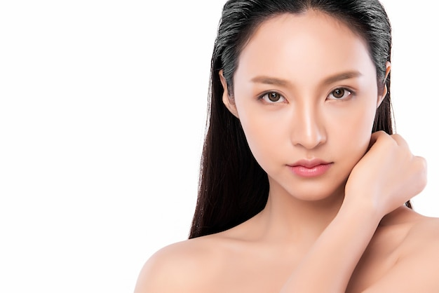 깨끗하고 신선한 피부, 얼굴 관리, 페이셜 트리트먼트와 아름 다운 젊은 아시아 여자. 미용, 미용 및 스파.