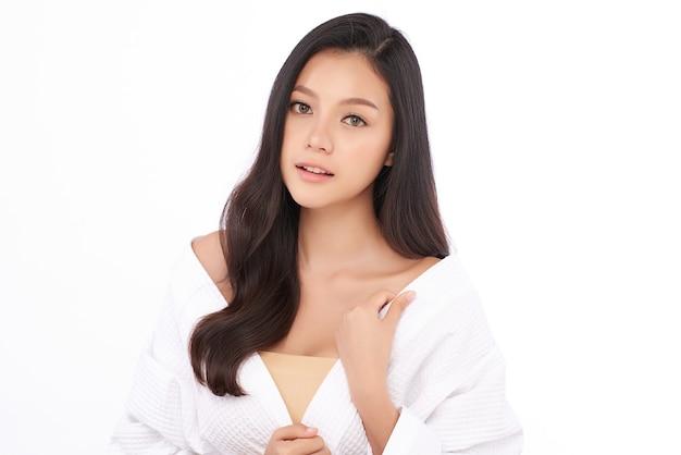 きれいな新鮮な肌、フェイスケア、フェイシャルトリートメントを持つ美しい若いアジアの女性。美容、美容、スパ。
