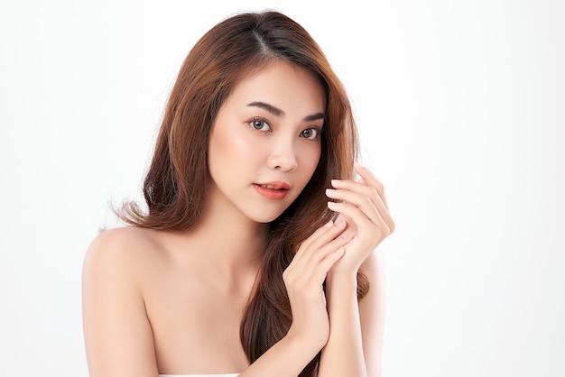 清潔で新鮮な肌、フェイスケア、フェイシャルトリートメント、美容、美容、アジアの女性の肖像画を持つ美しい若いアジアの女性。